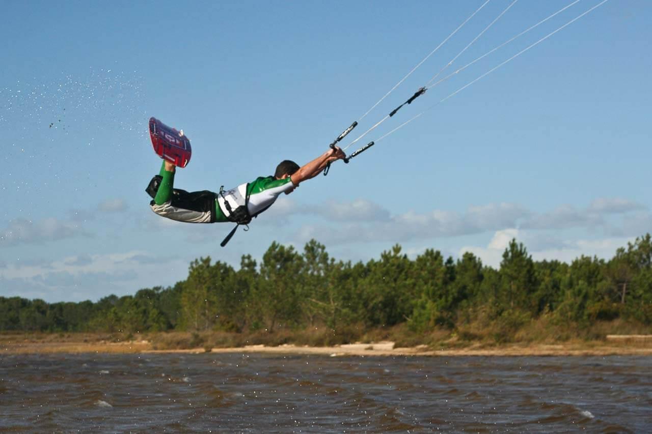 kitesurf Prise de vue du kitesurf dans les air et donc en plein vol. Sport extreme.