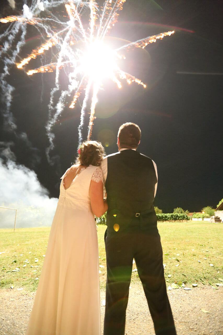 Mathilde et Cédric je joue avec la lumière naturelle est Cathelines motions Photo de feu d'artifice pour les futurs mariés
