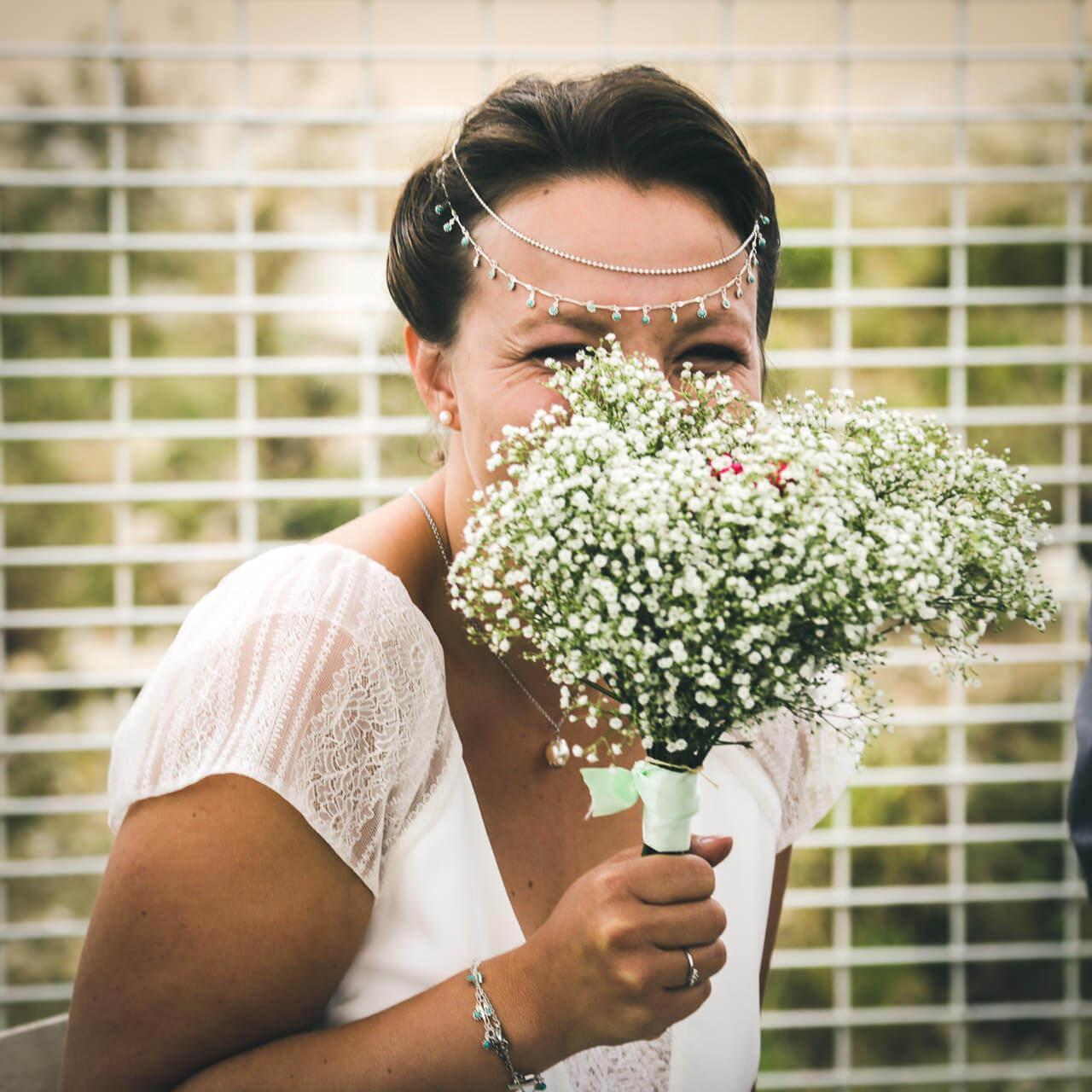 Tiffany & Samuel Elle se cache derrière son bouquet pour rire