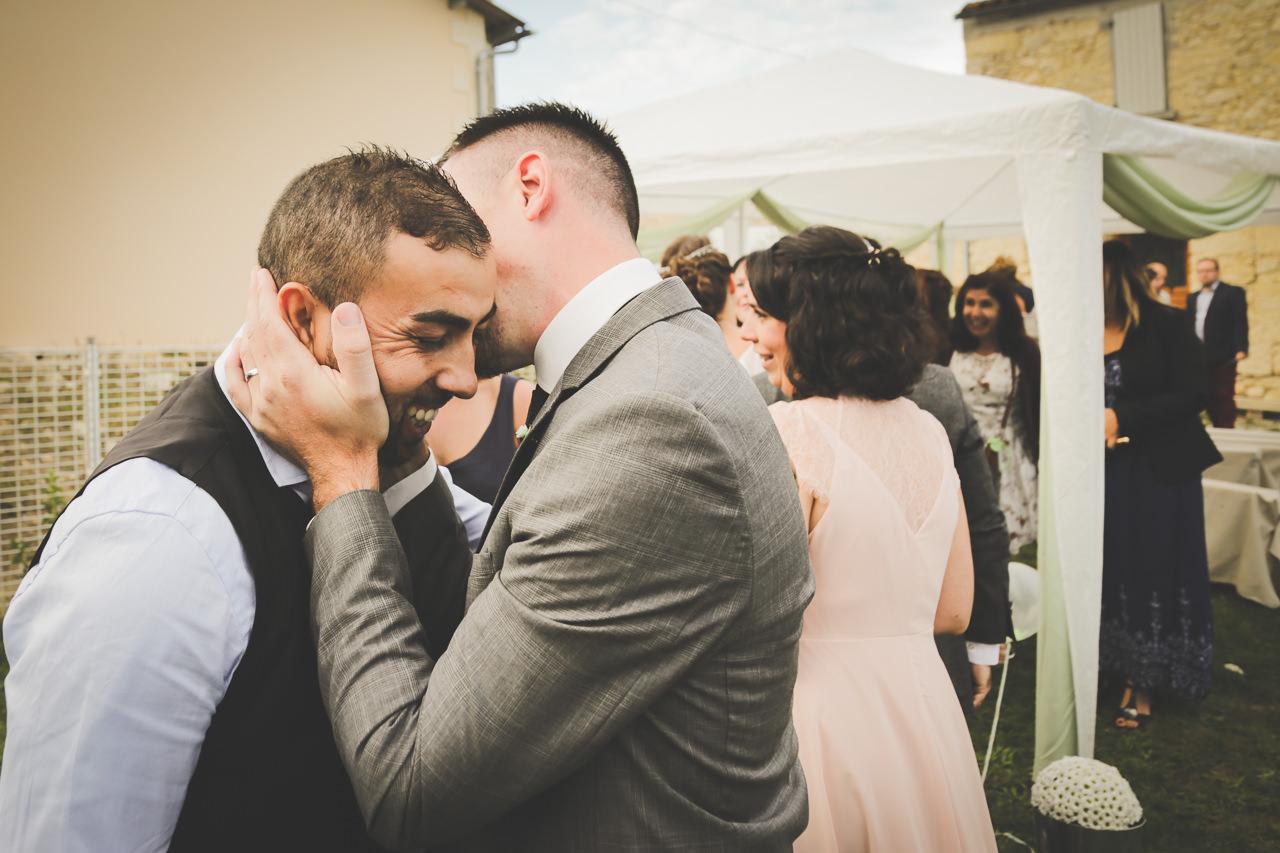 Tiffany & Samuel le Marie embrasse Un témoin Qui est son collègue de travail