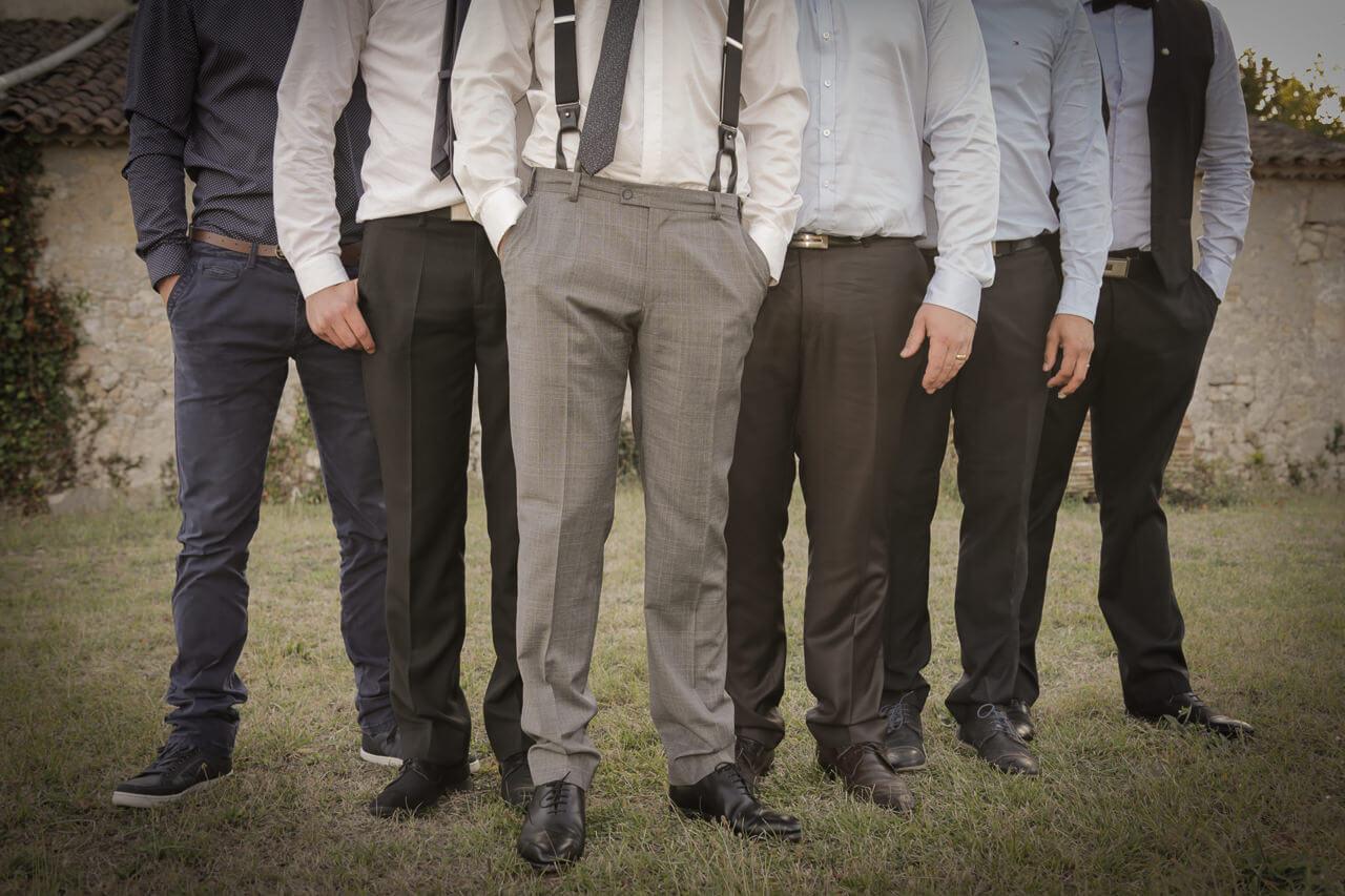 Photo de témoin et marié décalée est originale de leur pantalon