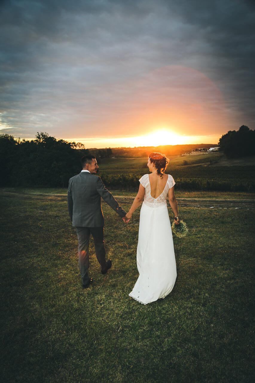 Tiffany & Samuel  Photo de couple original Photographe de mariage dans un superbe coucher de soleil main dans la main
