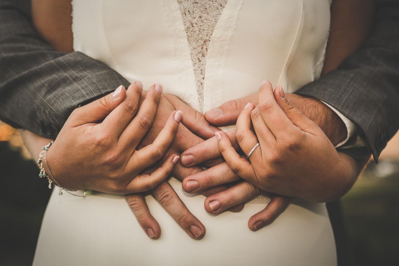Photo des mains du marié et aussi de la mariée ainsi on ne vois pas la tête.
