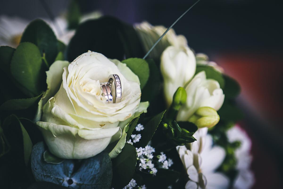 Sarah et Pierre-Etienne Photographe de mariage, photo mariage photo de détails de la bague dans les fleurs photographe professionnel Bordeaux Gironde Aquitaine France