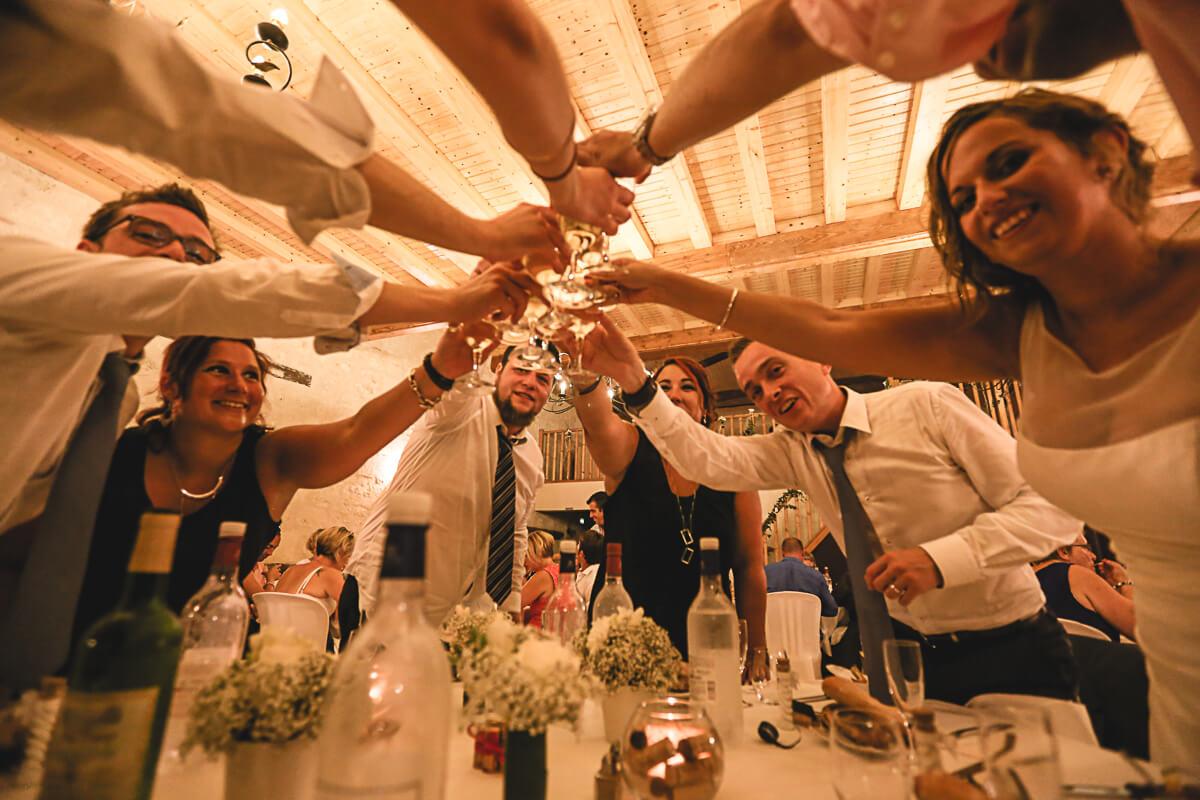 Sarah et Pierre-Etienne Photographe de mariage professionnel photos de la soirée de l'entrée emballe du gâteau de mariage avec le champagne fumer l'azote photo originale est différente photographe atypique style de photo photo journaliste reportage photo reportage