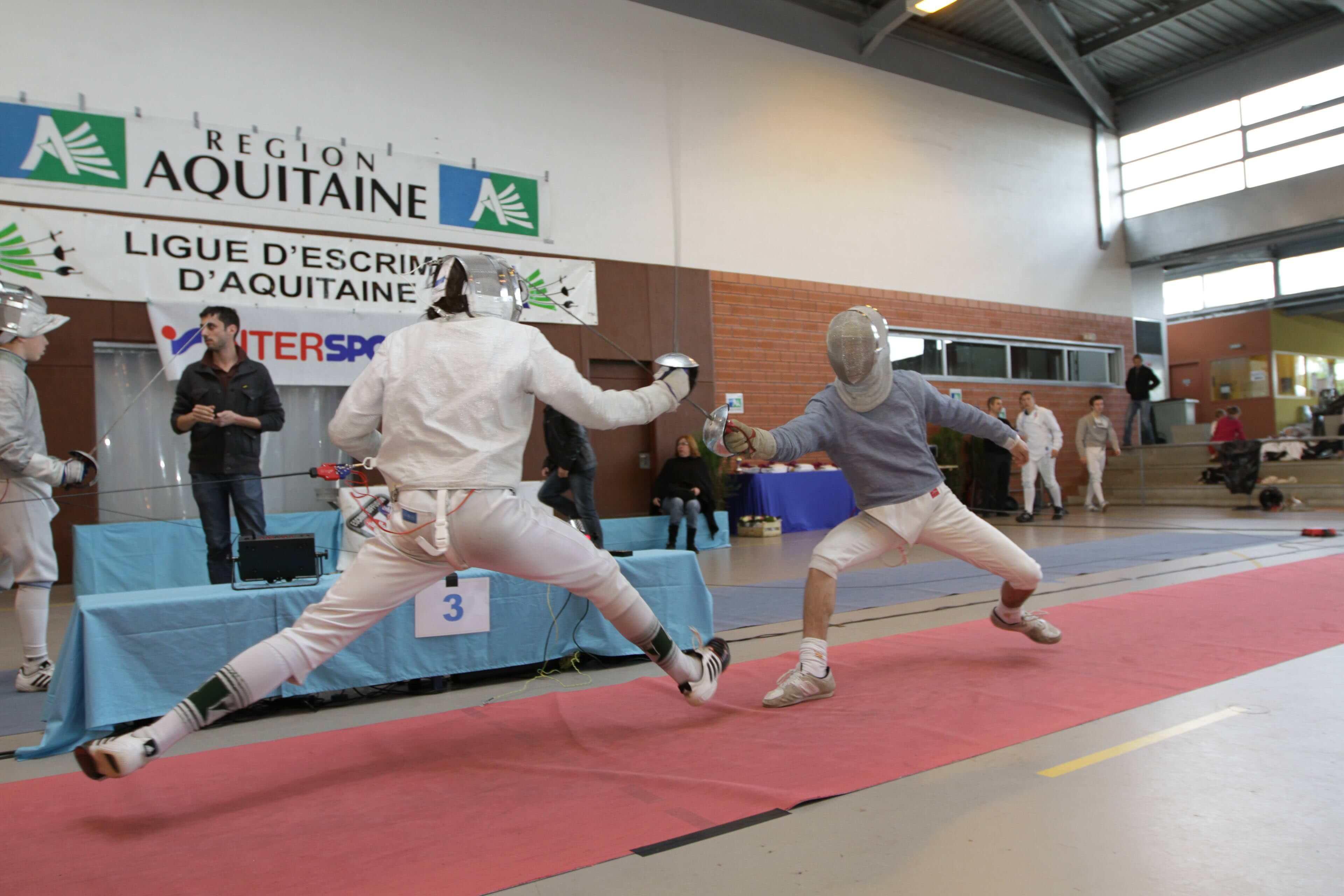 Club d'escrime photo pro de sport association d'escrime position d'escrime mise en valeur ainsi dans l'action et aussi dans le mouvement.