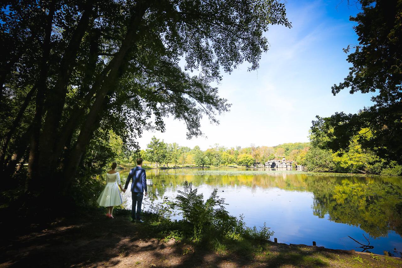 Claire et Alexis Clichy l'extérieur les mariés regardent vers l'avenir dans le parc Magellan
