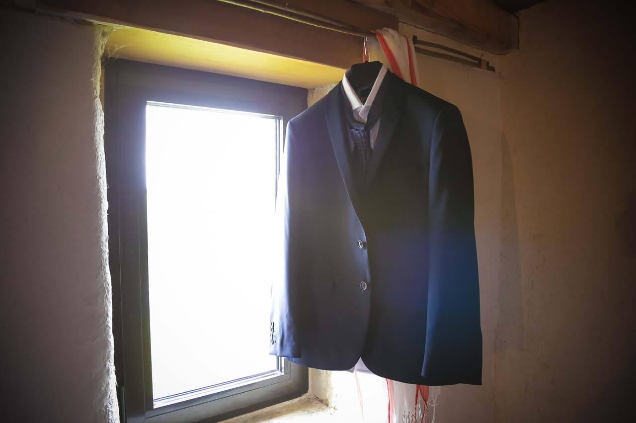 Laure et Jean-Batiste spécialisé dans les mariages sur la Gironde Bordeaux en Aquitaine costume veste du marié proche de la fenêtre le grenier des saveurs de Maine en Charente-Maritime Charente Bordeaux Aquitaine