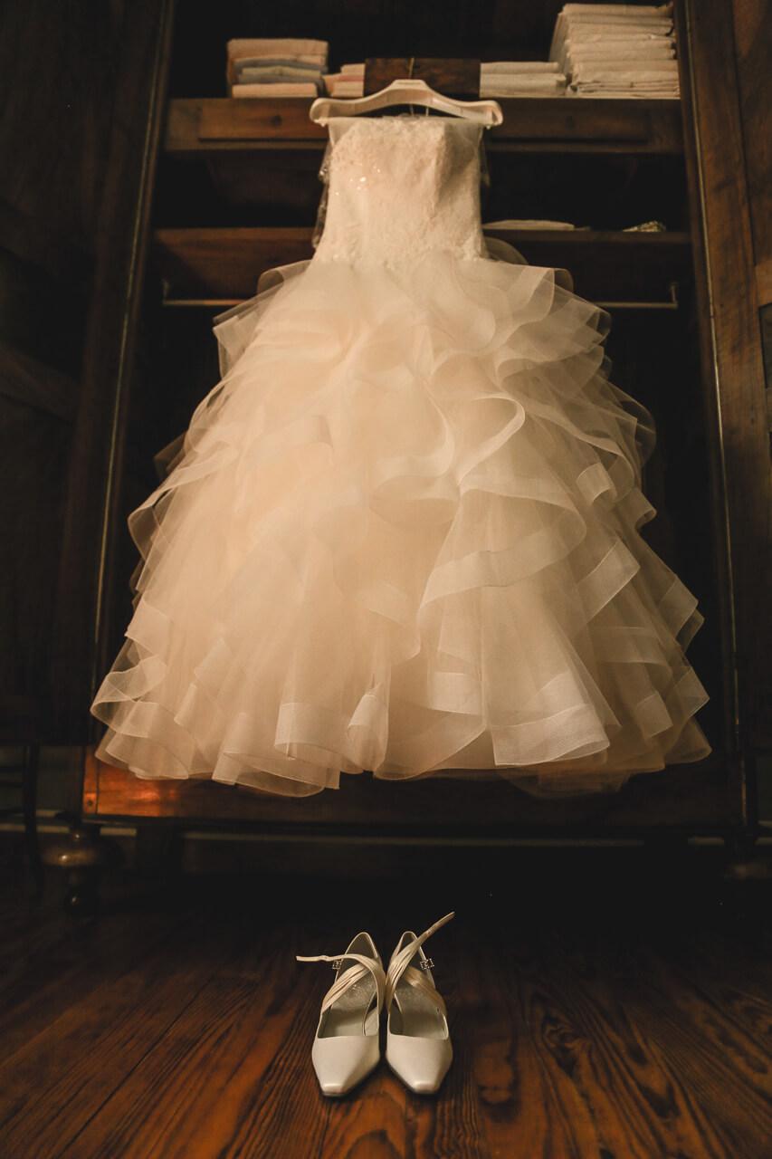 Fanny et Martin a robe de la mariée préparatifs avant les fiançailles la cérémonie