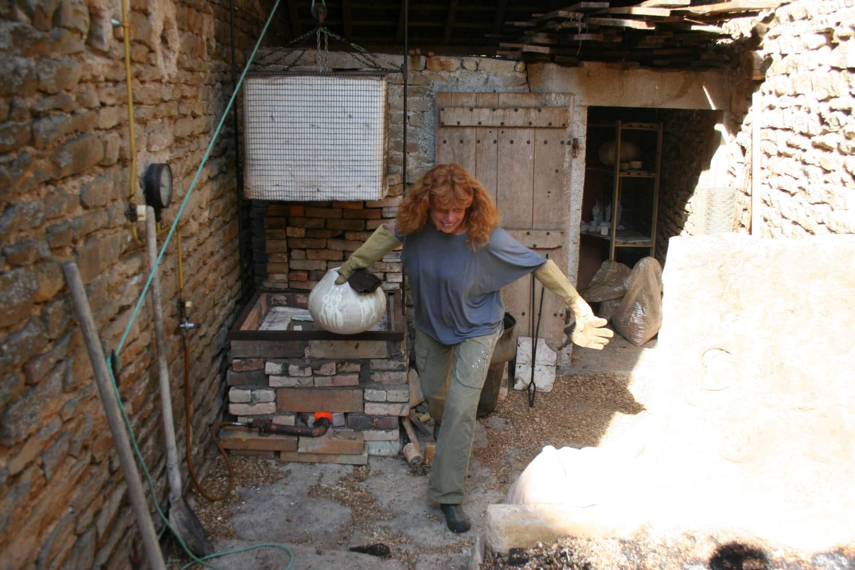 Photo de la potière. Technique de poterie au Racou sortie du four à 1000° ainsi photo d'entreprise événementiel.