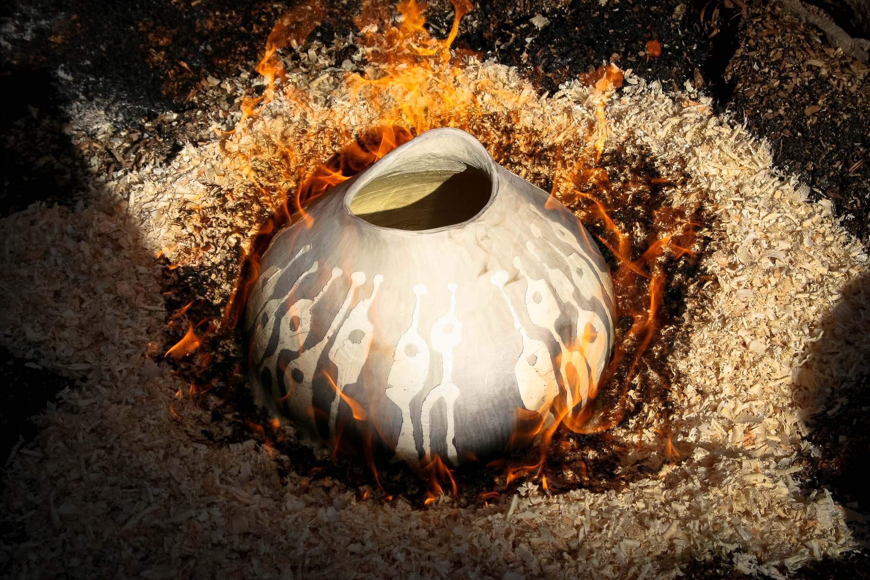 Poterie ou le choc thermique entre le feu et les flammes et le froid donne ainsi les couleurs vive.