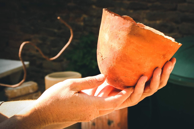 photographe d'entreprise événementiel Mise en valeur d'une poterie un bol tenu dans les mains