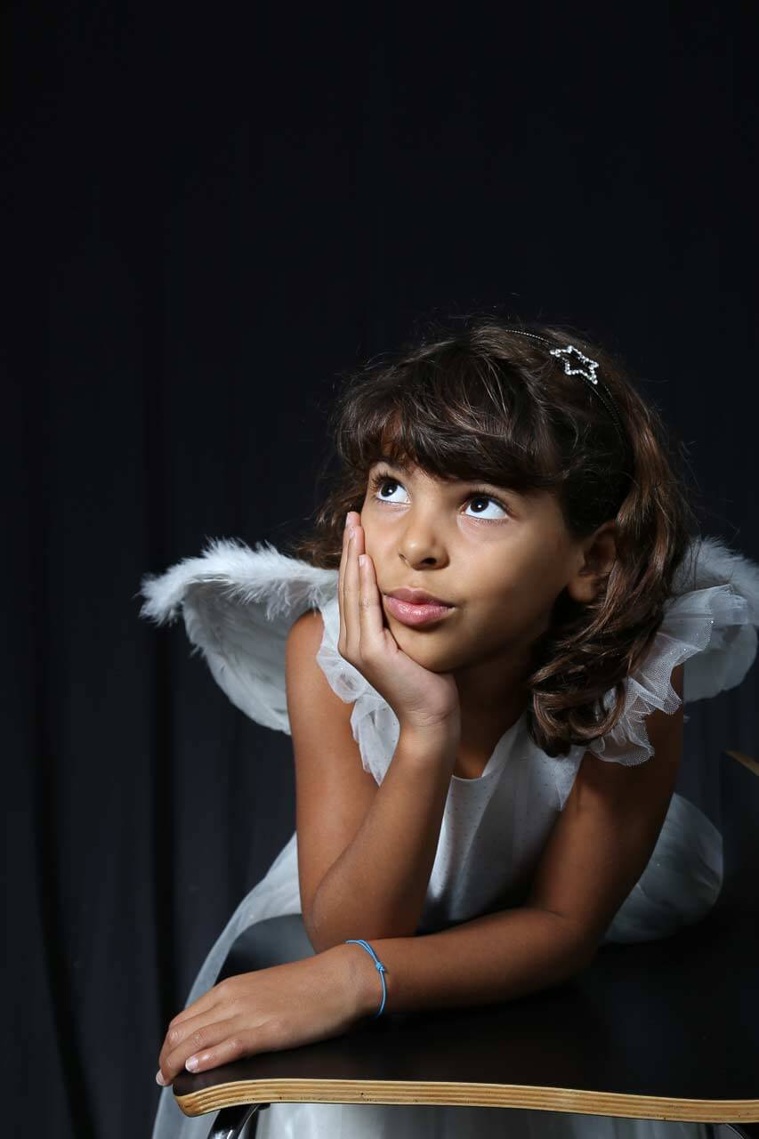Photographe professionnelle portrait d'enfant petite fille en ange ainsi qu'un style bien défini.