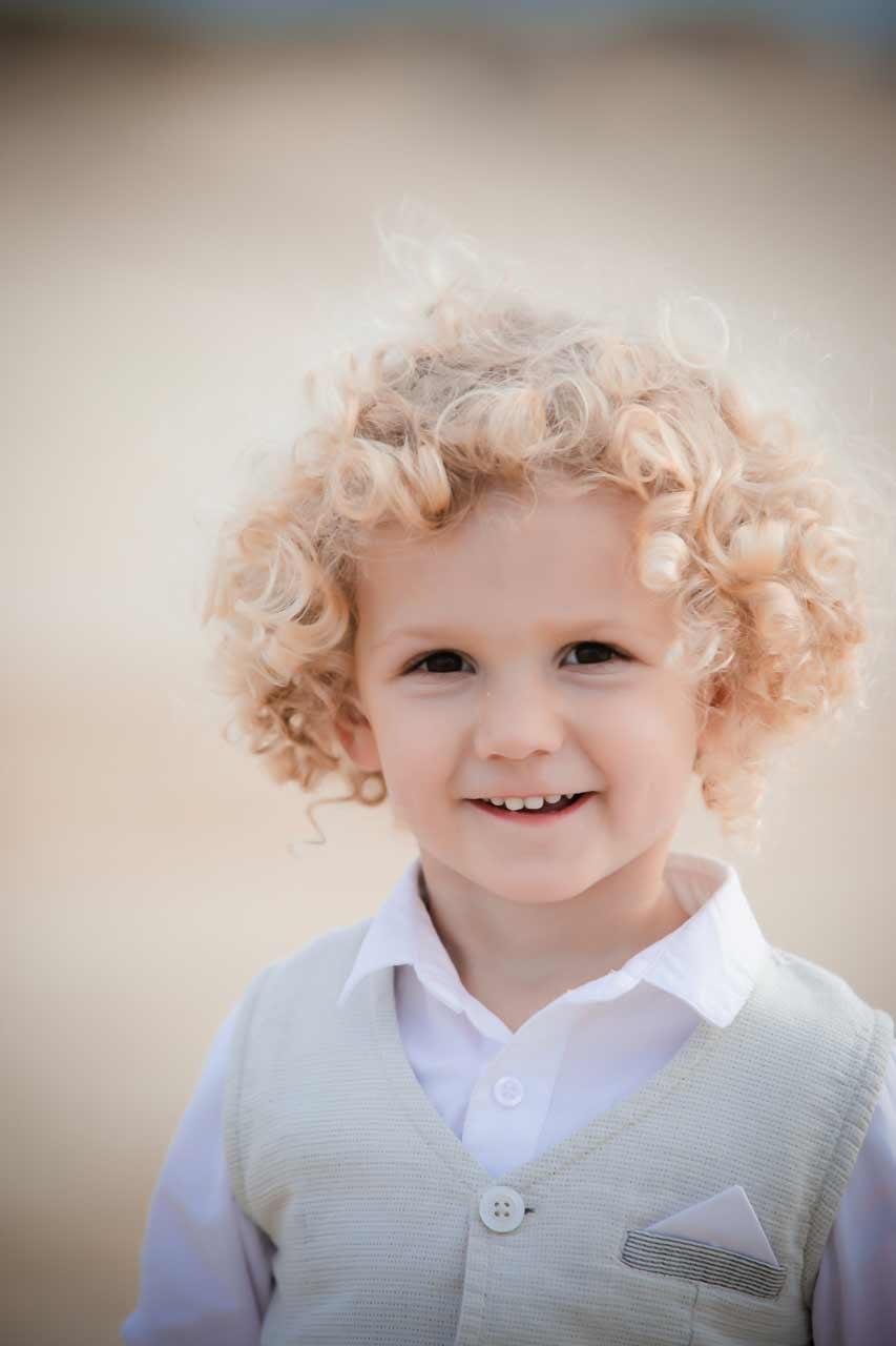 Cliché d'enfant professionnelle portrait garçon sur la plage ainsi shooting à Lacanau.