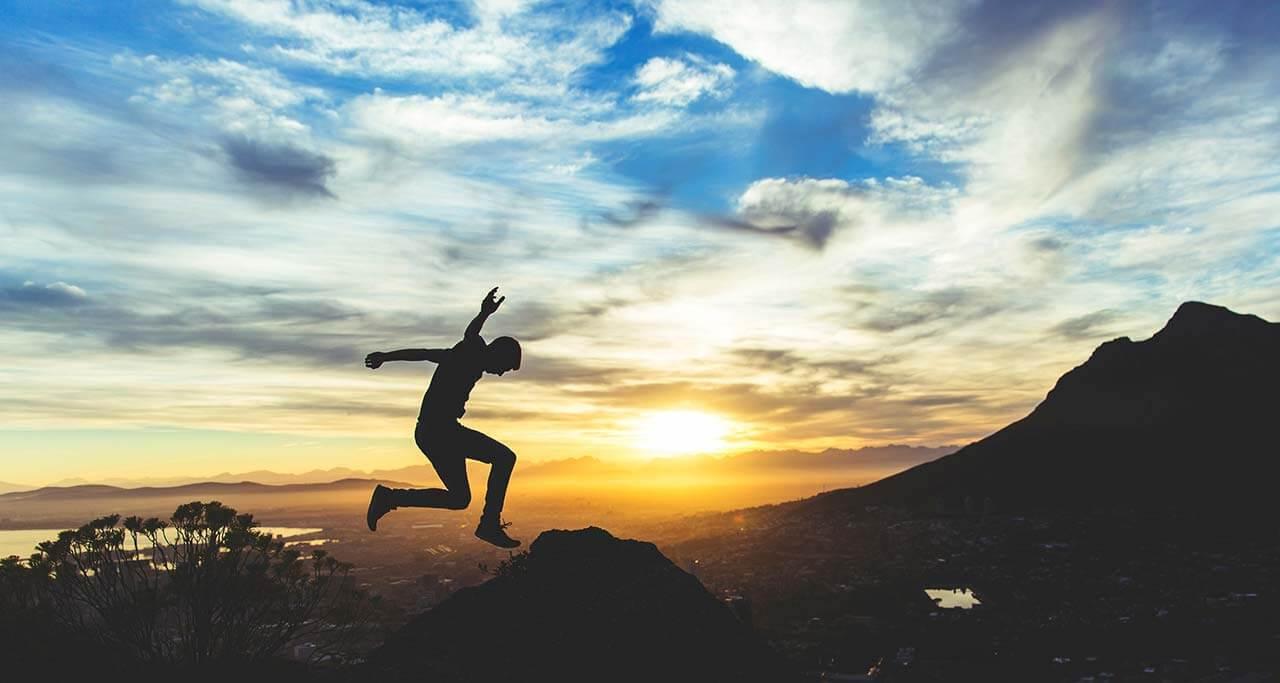 Christophe Boury Photographe sur Bordeaux de mariage Photo en train de sauter sur une montagne