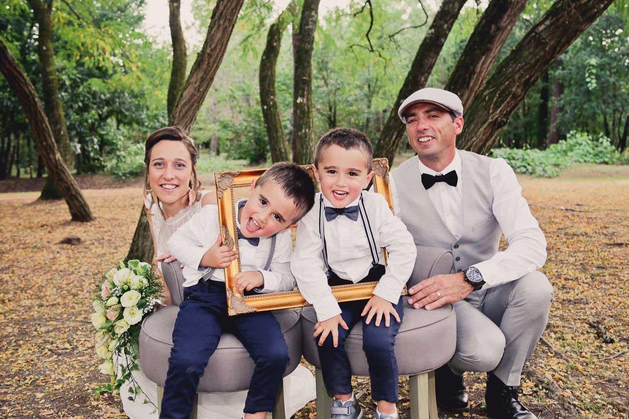 Photo de couple original avec cadre et enfant Photographe de mariage Caroline et Marc champêtre dans les bois