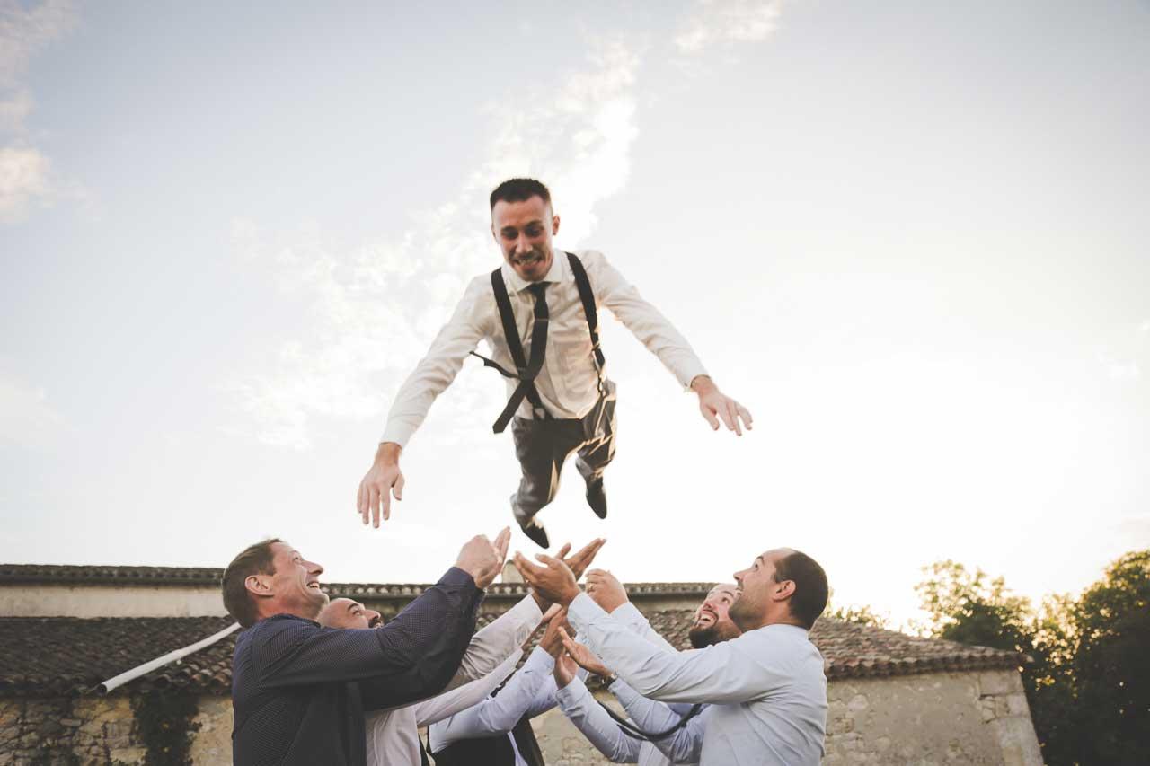 on s'amuse avec le marié rire et joie dans un mariage Photographe de mariage Bordeaux gironde CB Tyffany & Samuel