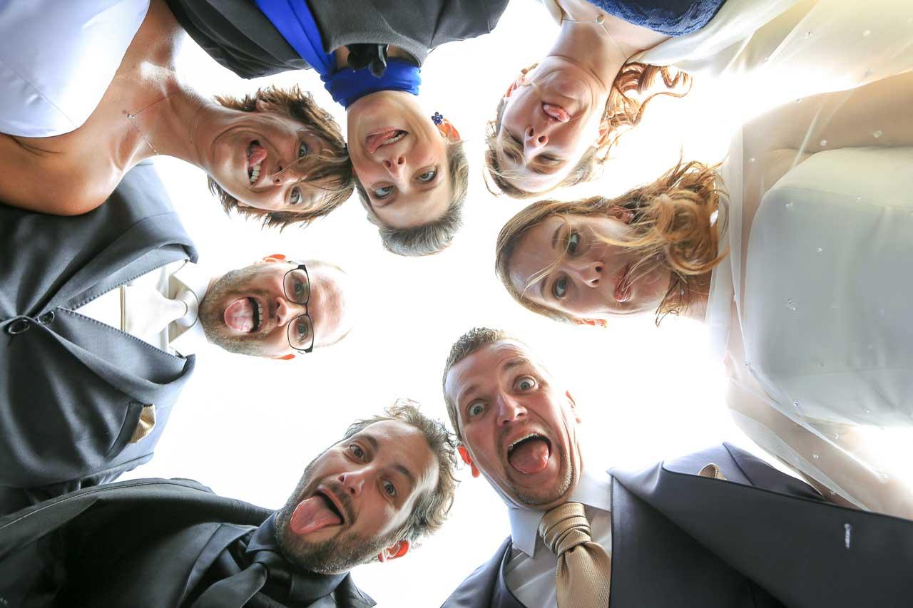 prise de vue sur la jeté Arcachon avec la famille et les amies drôle originale et décaler photo couple de mariage Photographe de mariage bassin d'arcachon gironde CB- Pauline et Christopher