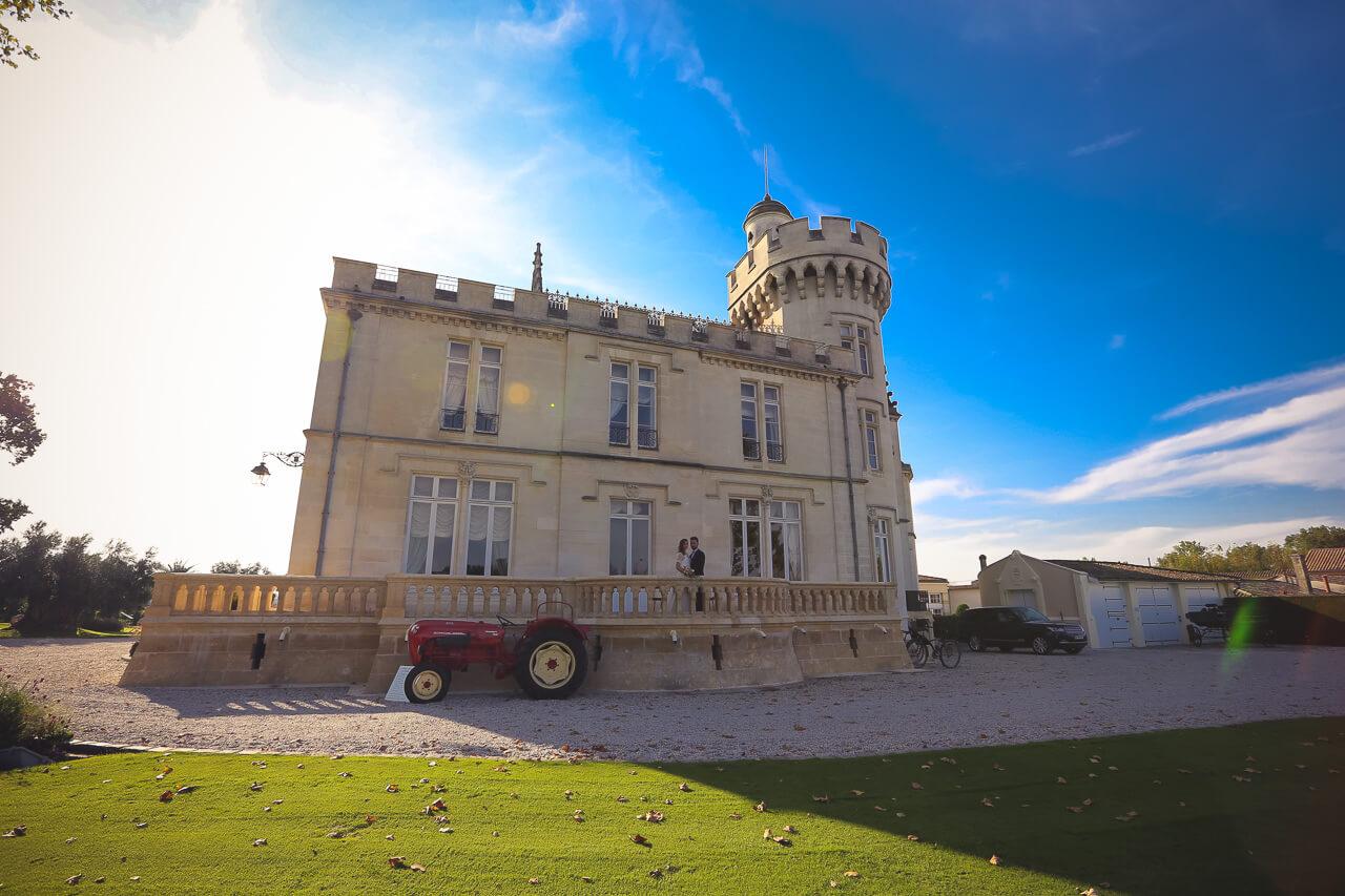 le Château pape clément avec les mariées ciel bleu