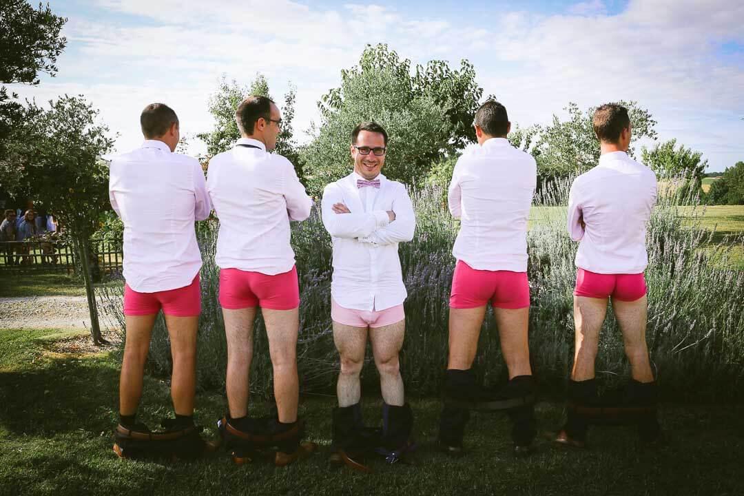 photo du marié en calson avec les témoins décale avec de la joie du bonheur Photographe de mariage sur Angouleme Christophe Boury chris-creation pour blog
