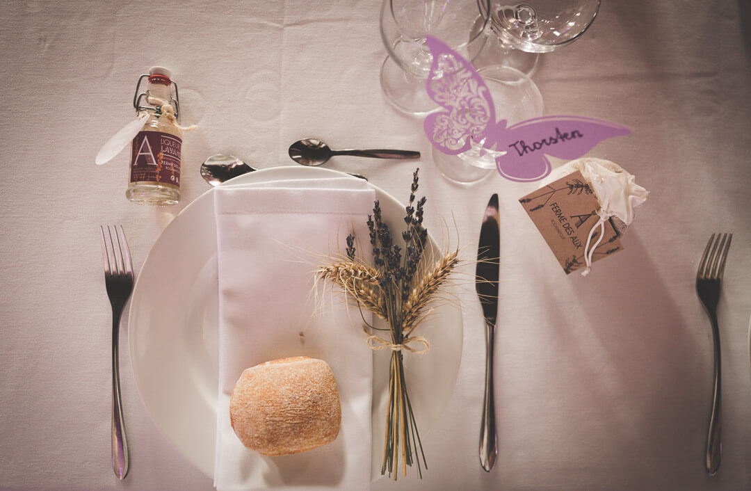 Photographe_de_mariage_bergerac_chateau_mombazillac_Aquitaine_Chris-creation_www.photographe-33.fr_ Photo de la décoration de table avec de la lavande
