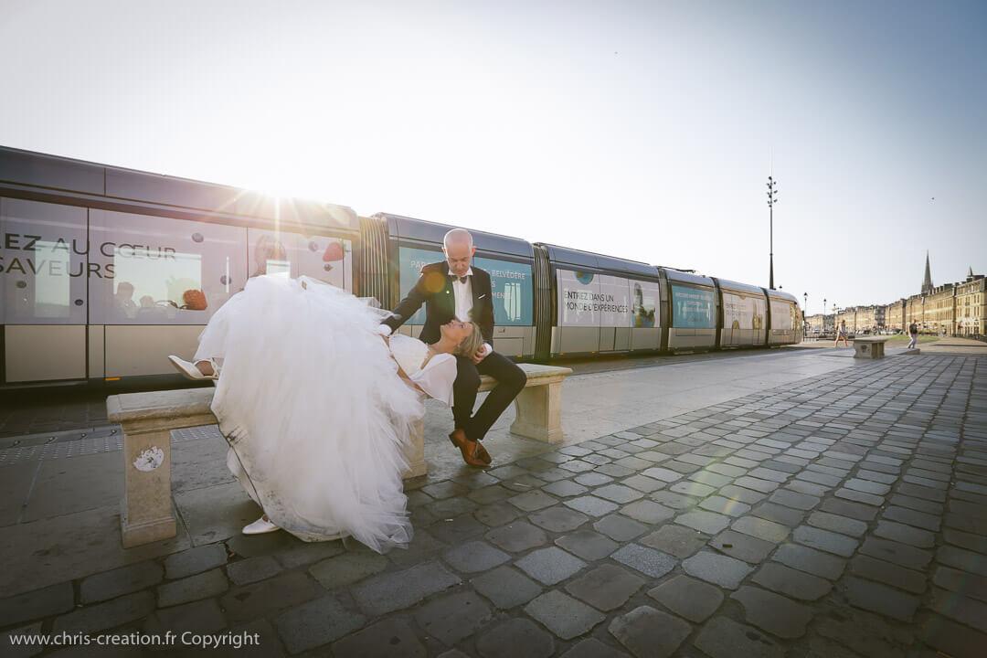 Photos de mariage au Matmut Atlantique_Photographe de mariage_Christophe Boury_supporter_des_Girondins_de_Bordeaux_www.photographe-33.fr_place de la bourse à Bordeaux avec le tram