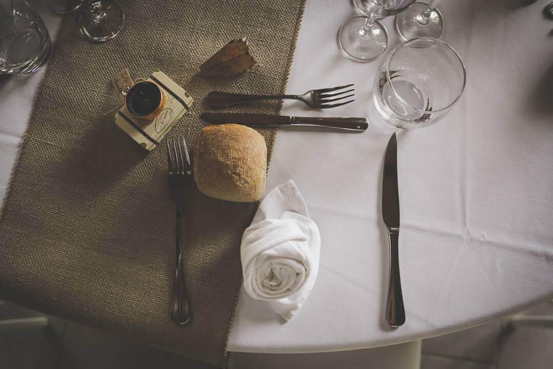 Photographe de mariage Villenave d'Ornon Bordeaux aquitaine Sud-Ouest chris-creation Christophe boury - détails de la table avec comme cadeau une boussole pour ne pas perdre le nord