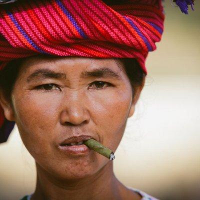 femme qui fume en Birmanie BAGAN, au bord de l'Irrawaddy. Cette incroyable concentration de temples et pagodes aux inspirations birmanes, mais aussi indiennes, font de Bagan le cliché de votre séjour au Myanmar.