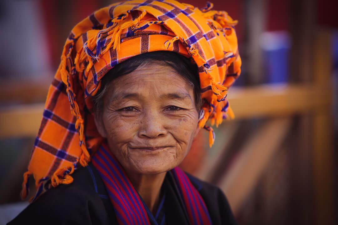 Femme Birmane MARCHE DU SOIRqui se tient selon le calendrier lunaire.Les marchés flottants se déroulent tous les 5 jours