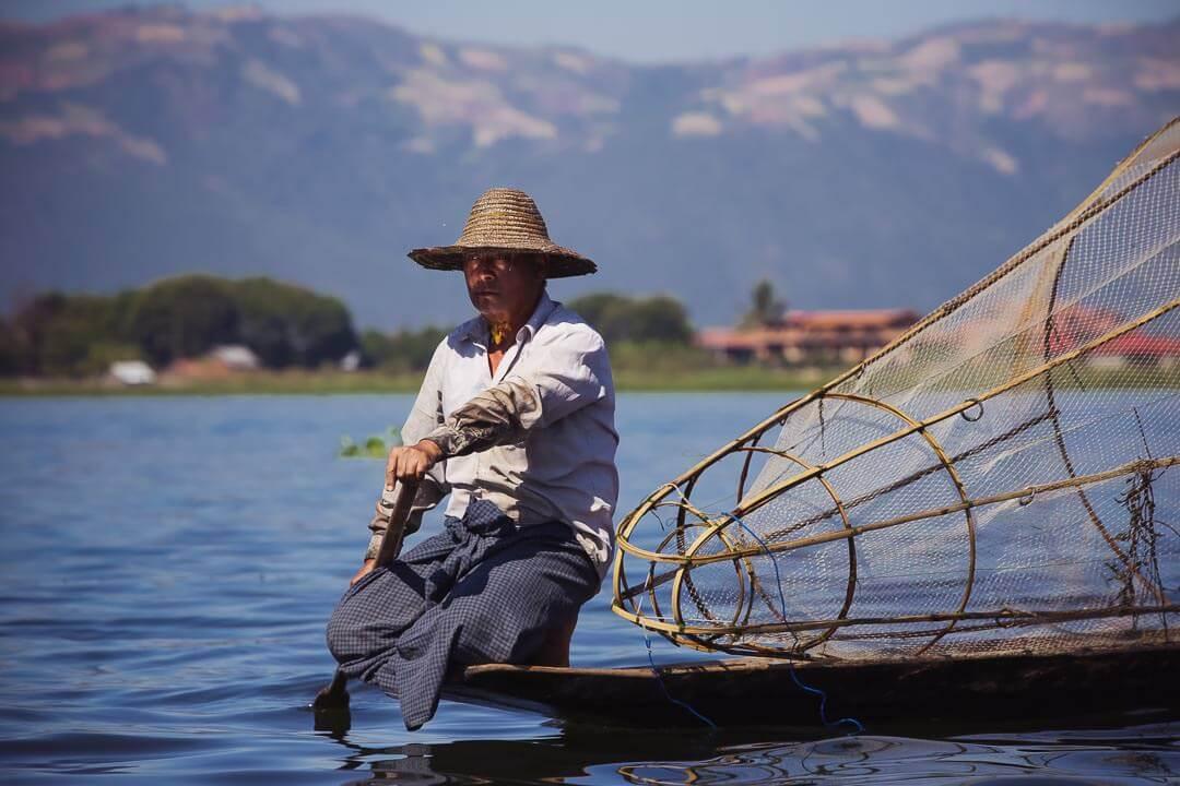 Pécheur sur le lac Inlé en Birmanie un homme sérieux