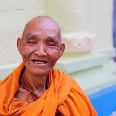 Visite du monastère SHEWENANDAW, célèbre pour la finesse de ses sculptures sur bois et aussi de la pagode Kuthawdaw avec sa gigantesque bibliothèque de pierre (739 stèles).