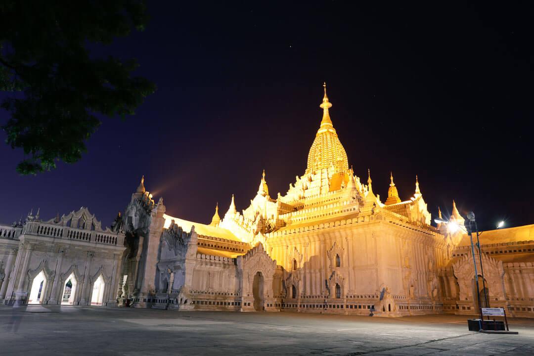 Temple de Bagan de nuit sous la lumière des projecteurs.