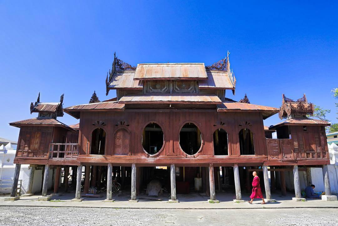 charmant monastère en bois de Shwe Yan Pyay. Il a été construit en 1907, c'est un lieu très prisé des photographes pour ses fenêtres de forme ovale. La plupart des moines sont des jeunes garçons en formation.